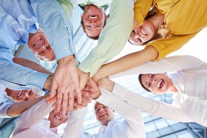 Kooperation und Zusammenarbeit unter Business Team mit vielen gestapelten Händen